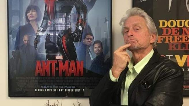 Michael Douglas posa junto al cartel de 'Ant-Man'.