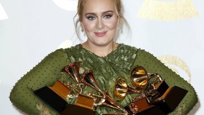 La cantante británica Adele posa con sus cuatro premios Grammy. La artista de Tottenham fue la gran triunfadora de la 59 edición de estos premios de la música.
