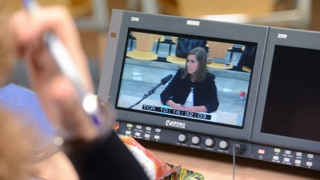 Vista de la declaración de la exministra de Sanidad Ana Mato a través de un monitor de la sala de prensa de la Audiencia Nacional de San Fernando de Henares.