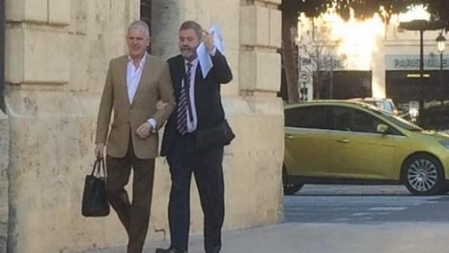Pablo Crespo (izquierda imagen) a su llegada al TSJ