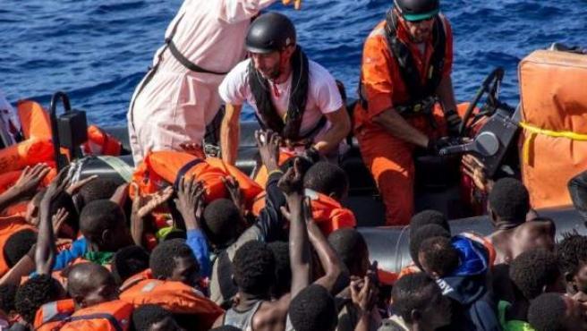 Efectivos de la ONG Médicos sin Fronteras auxilian a los inmigrantes rescatados en el Mediterráneo.