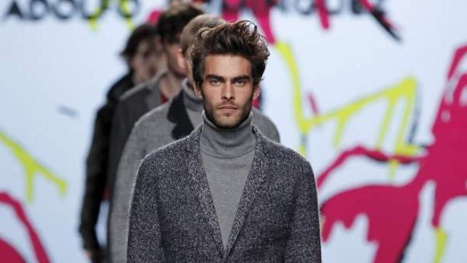 El modelo Jon Jortajarena desfila con una de las creaciones de Adolfo Domínguez en la Cibeles Madrid Fashion Week en su edición de 2011.