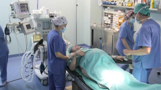 Un equipo médico del Hospital Recoletas de Burgos, a punto realizar una cesárea a una mujer de 64 años embarazada de gemelos.