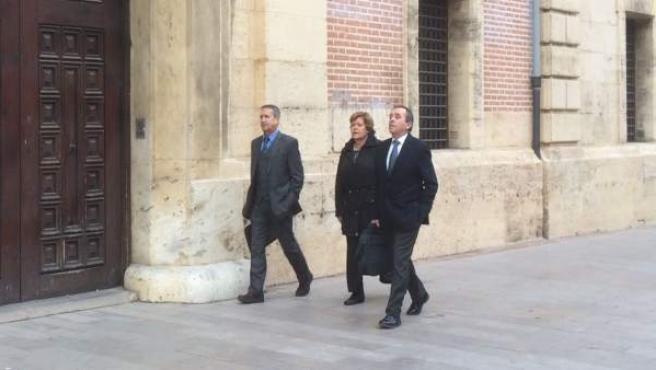 Milagrosa Martínez, en el centre, a la seua arribada al TSJCV