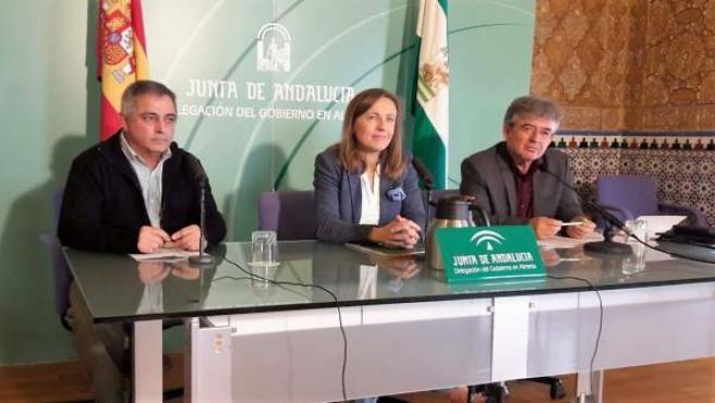 En el centro, la delegada territorial de Educación, Francisca Fernández