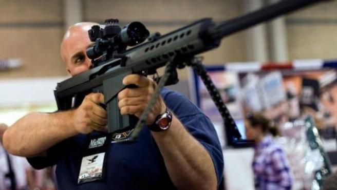 Un estadounidense porta un arma en una convención de la Asociación Nacional del Rifle.