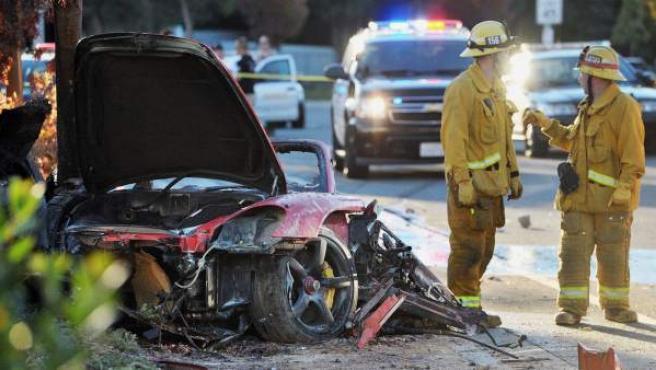 Un grupo de bomberos, en el lugar del accidente de tráfico donde murió el actor Paul Walker, conocido por la saga cinematográfica 'A todo gas'.