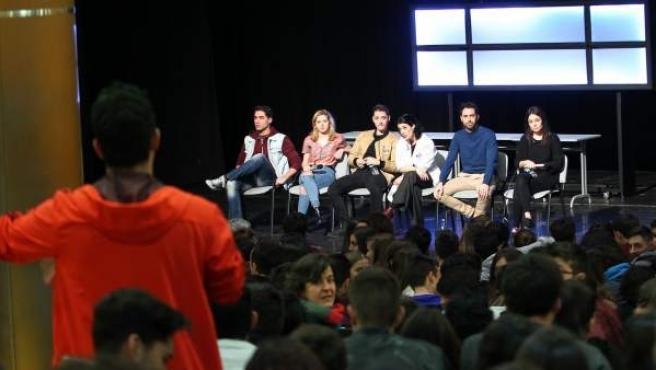 Un momento del coloquio después de la obra #Malditos16 entre los actores y adolescentes de varios institutos.