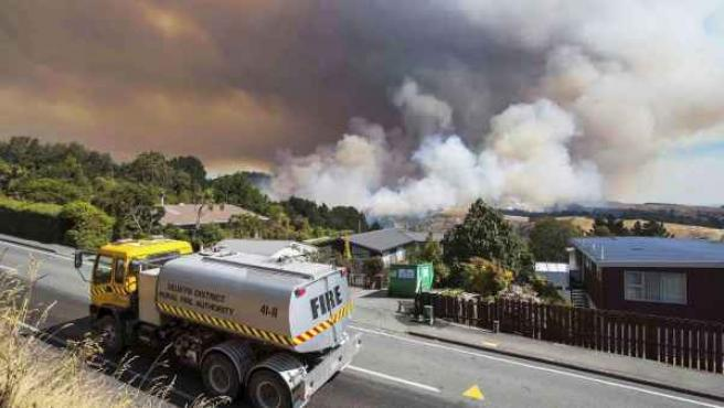 Un camión cisterna empleado para las labores de extinción de un incendio en Port Hills, cerca de la ciudad neozelandesa de Christchurch.