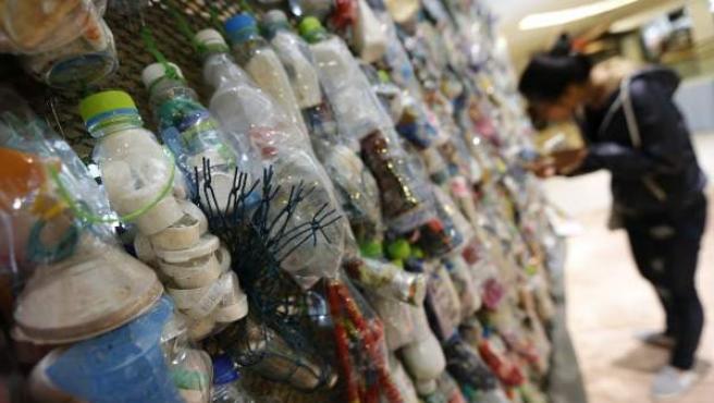 Obra de la exposición 'Corazón para el océano: liberarse del plástico' en el Centro de Cultura y Arte de Bangkok.