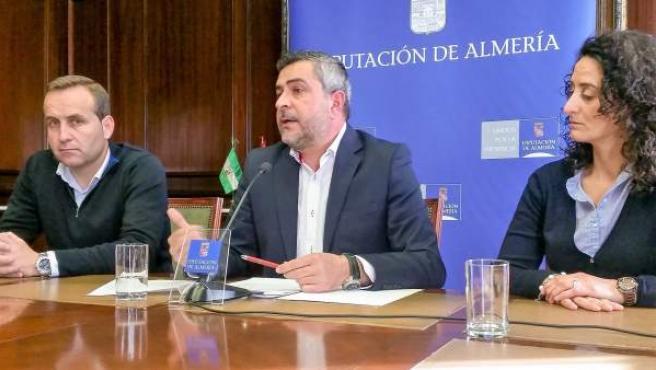 En el centro, el portavoz del PSOE en Diputación, Juan Antonio Lorenzo