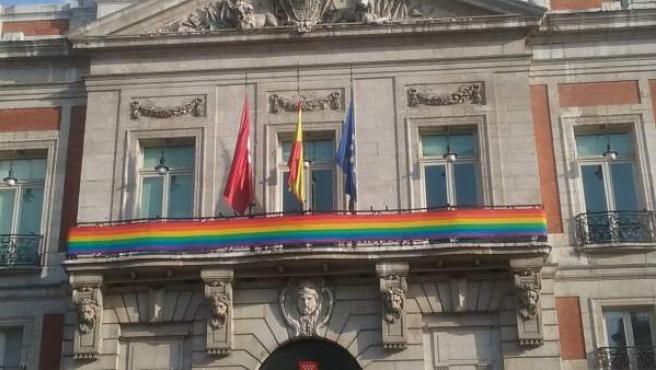 Bandera arcoiris en la sede de la Comunidad de Madrid.