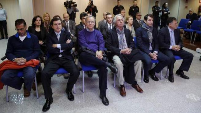 Las acusados del 'caso Nóos', entre ellos la infanta Cristina e Iñaki Urdangarin, el día de comienzo del juicio.