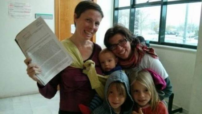 Brenda y María José, con sus tres hijos y la decisión judicial que les da la razón