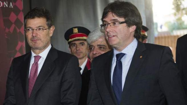 El ministro de Justicia, Rafael Catalá (i), y el presidente de la Generalitat, Carles Puigdemont (d), a su llegada al acto de conmemoración de la festividad de San Ramón, patrón de los abogados, que se ha celebrado en Barcelona.