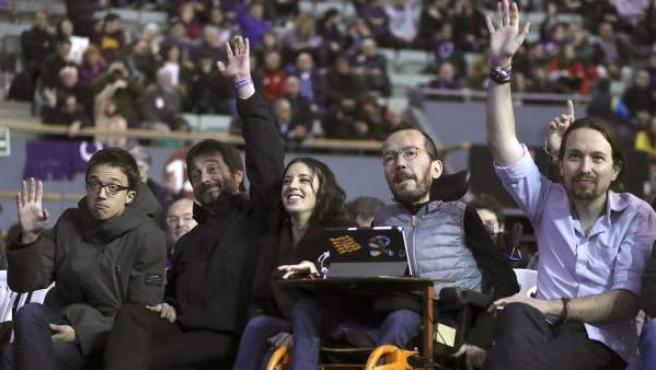 El secretario general, Pablo Iglesias (d), junto a los dirigentes del partido, Pablo Echenique (2d), Irene Montero (c), Rafael Mayoral (2i), e Íñigo Errejón (i), durante la primera jornada de la Asamblea Ciudadana Estatal de Vistalegre II.