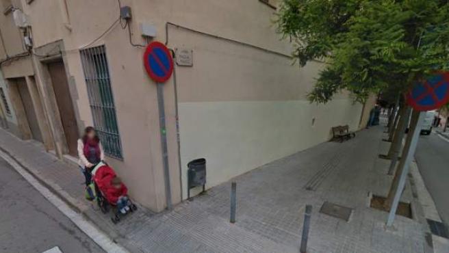 Mujer con coche de bebé por la calle Sant Ramon de Mataró.