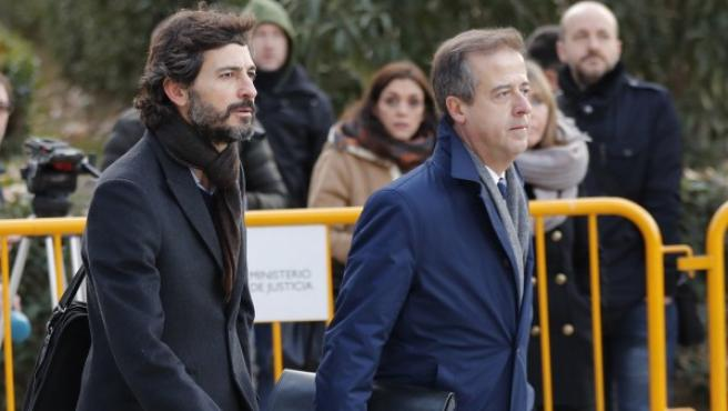 Oleguer Pujol (izquierda) entra a declarar ante el juez De la Mata en la Audiencia Nacional acompañado de su abogado.