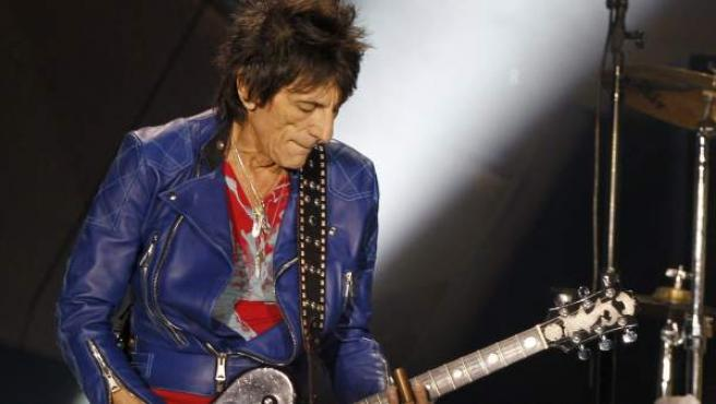 El guitarrista de Rolling Stones, Ron Wood, durante el concierto ofrecido en el estadio Santiago Bernabéu, en Madrid.