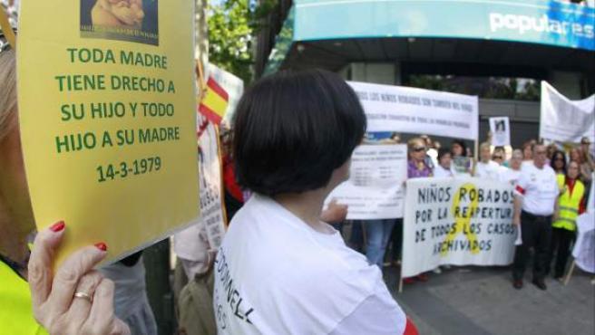 Imagen de una protesta de afectados por casos de bebés robados.