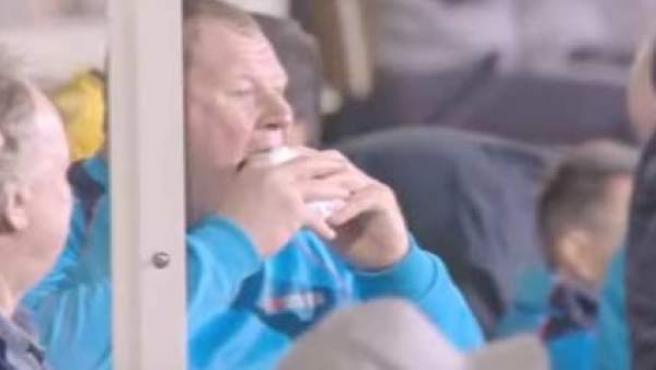Wayne Shaw, portero del Sutton de la quinta división inglesa, comiéndose un bocadillo en el partido de la FA Cup ante el Arsenal.