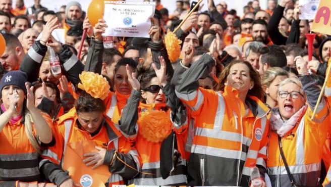 Un millar de personas se han reunido en el recinto portuario algecireño.