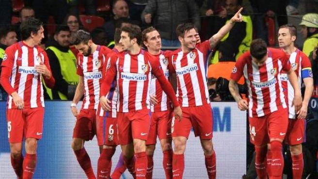 Los jugadores del Atlético celebran uno de los goles ante el Bayer Leverkusen.