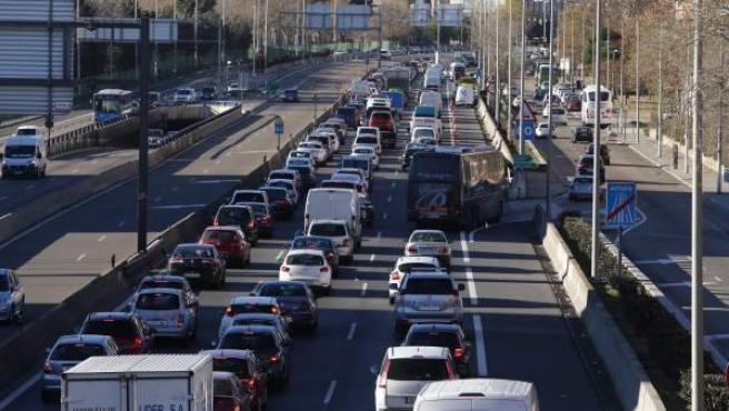 La DGT ya ha enviado cuatro millones de adhesivos con los que distinguir a los coches según su contaminación.