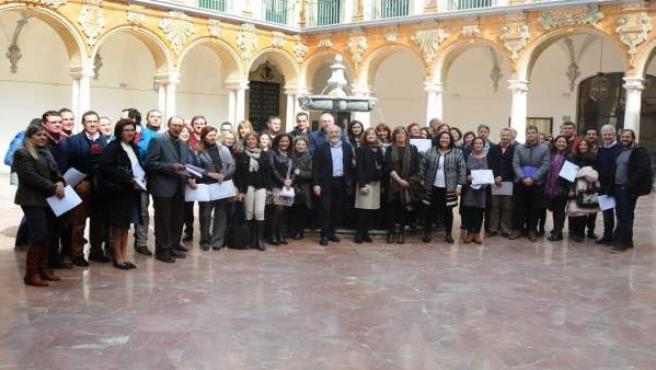 Autoridades y empleados con sus diplomas