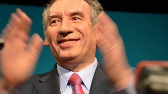 El candidato centrista François Bayrou se retira de la carrera presidencial de 2017.