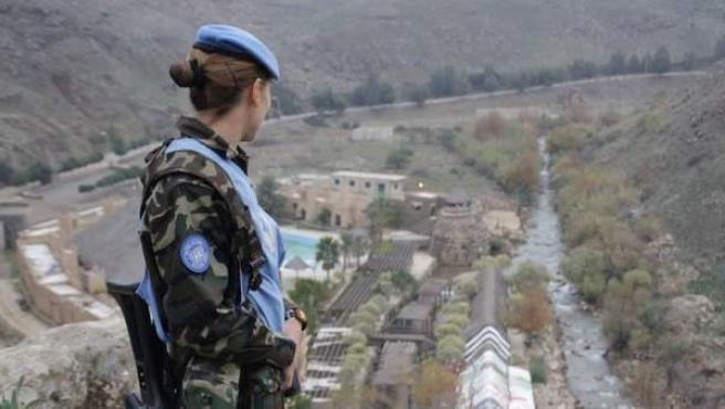 Una militar de la Brimz X patrulla junto al río Wassani, en Líbano.