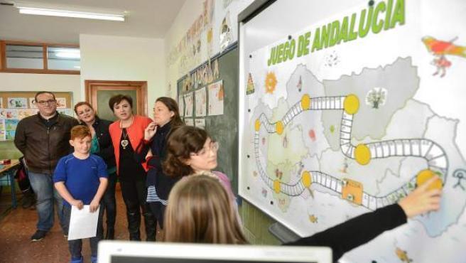 La delegada del Gobierno andaluz en Granada con escolares de Salobreña