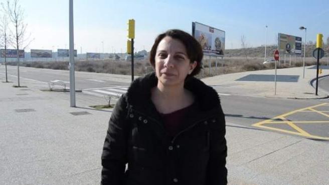 La concejala de CHA, Leticia Crespo en los accesos a Puerto Venecia