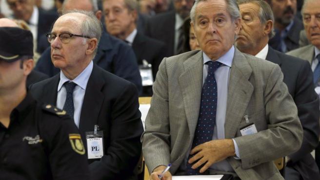 Los expresidentes de Caja Madrid Miguel Blesa (d) y Rodrigo Rato (i), durante la primera sesión del juicio contra los 65 usuarios de las tarjetas black de dicha entidad, celebrada en la sede de la Audiencia Nacional de San Fernando de Henares.