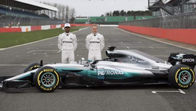 Lewis Hamilton y Valtteri Bottas, con el nuevo Mercedes W08 en Silverstone.