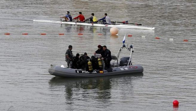 Buzos del Grupo Especial de Operaciones (GEO) de la Policía Nacional, durante la tercera jornada de búsqueda de los restos de Marta del Castillo, que han iniciado esta mañana en el río Guadalquivir (Sevilla).