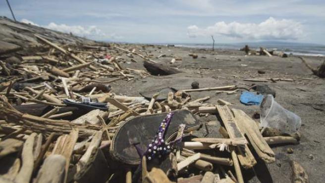 Basura arrastrada por la marea cubre la arena de una playa de Bali (Indonesia).