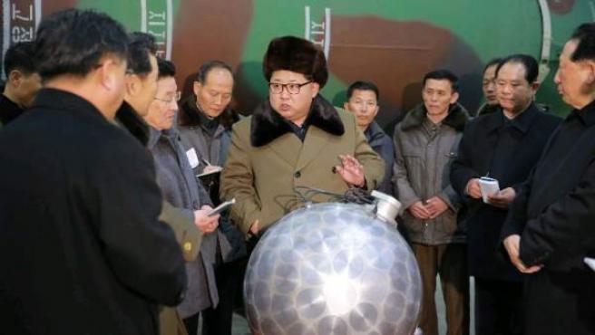 El líder norcoreano Kim Jong-un hablando con científicos sobre las instalaciones nucleares de Corea del Norte.