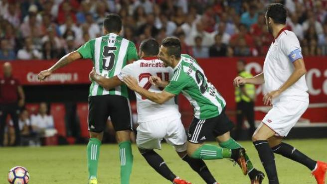 Gabriel Mercado, Petros y Rubén Castro buscan un balón en el Sevilla - Betis.