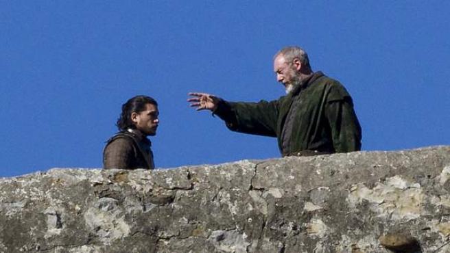 Kit Harington (Jon Nieve) y Liam Cunningham (Davos Seaworth), en un momento del rodaje de 'Juego de tronos' en San Juan de Gaztelugatxe, situado en la localidad vizcaina de Bermeo.