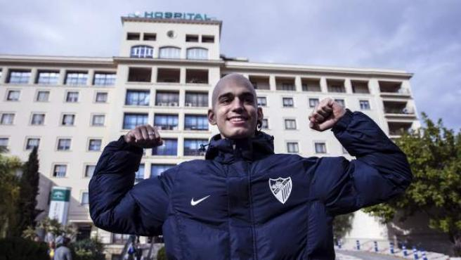 El joven malagueño Pablo Ráez, que convirtió en un fenómeno viral su lucha contra la leucemia, posa frente al Hospital Carlos Haya de Málaga tras recibir el alta después de estar 38 días ingresado.