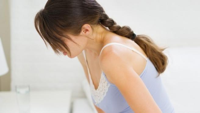 Mujer con dolor abdominal por la menstruación.