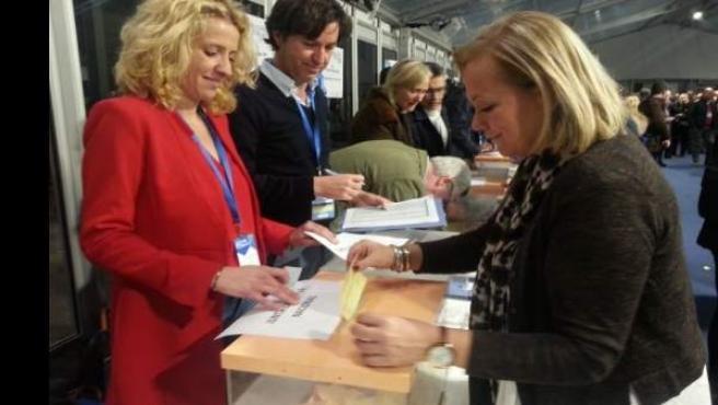 Mercedes Fernández vota en el congreso del PP.