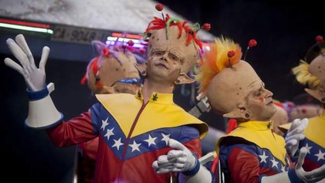 La chirigota Los del planeta rojo... pero rojo, rojo en un momento de su actuación durante la final del concurso de agrupaciones carnavalescas de Cádiz (COAC) que se celebró en el Gran Teatro Falla en Cádiz .