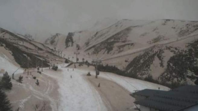 Aspecto de la estación de esquí de Sierra Nevada al unirse la calima y la nieve.