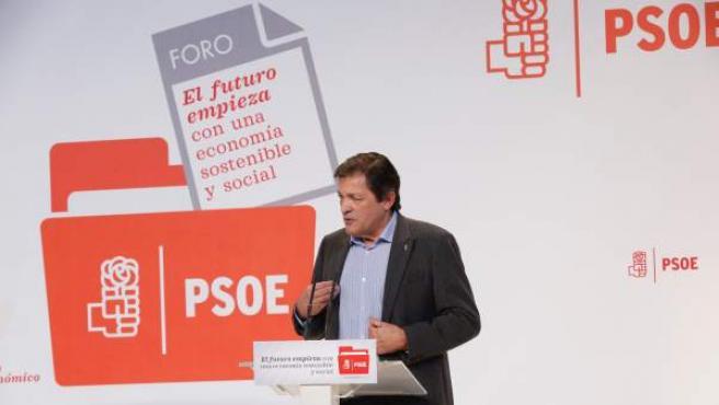 El presidente de la Gestora del PSOE, Javier Fernández, inaugura foro económico.