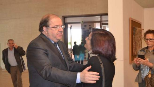 Valladolid. Herrera saluda a una de las emigrantes de CyL