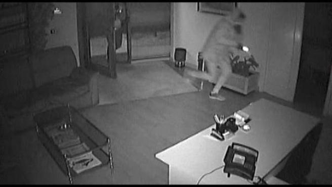 Imagen cedida por el Cuerpo Nacional de Policía de un ladrón en plena acción, captado por una cámara de seguridad.