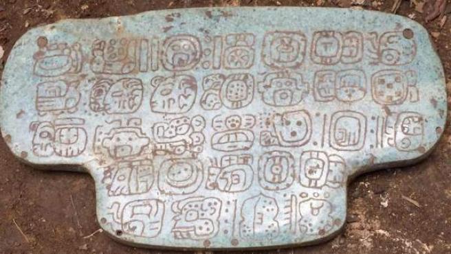 Colgante de jade maya descubierto en 2015 por el arqueólogo Geoffrey Braswell.