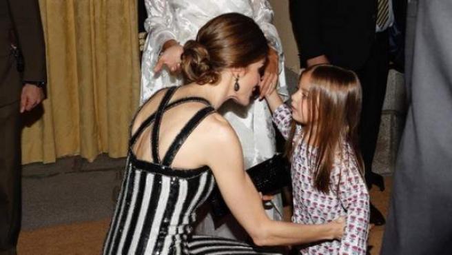 La reina Letizia saluda a Antonia, hija de Macri y Awada.